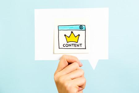El contenido es el rey mensaje sobre fondo azul Foto de archivo