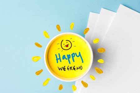 Citazione di buon fine settimana e tazza di caffè su sfondo blu. È ora di rompere il concetto.