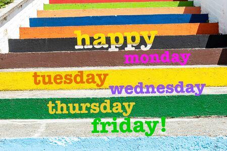 ¡Feliz lunes, martes, miércoles, jueves y viernes! palabras en escaleras de colores y textura de fondo. Concepto motivacional.