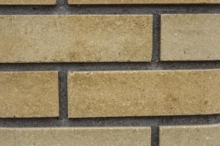 L'arrière-plan contient une vue de la nouvelle brique dans la construction moderne et des clôtures décoratives.