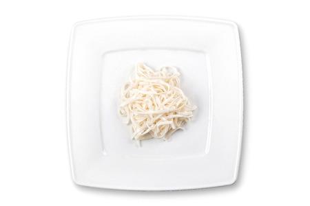 正方形の白い皿に麺をホワイト、上面図