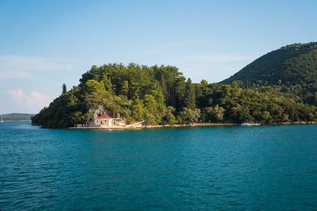 Blue crystal clear ocean with green hills in Lefkda, Greece Foto de archivo - 109996572