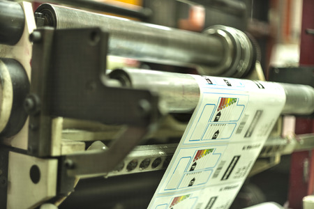 Drucken mit hoher Geschwindigkeit auf Offsetmaschine. Etikett, Rolle, Ausdrucken, Mehrere Gegenstände, Ware