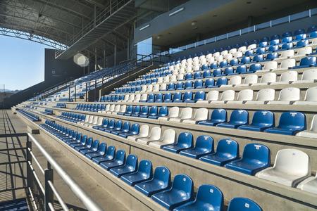 gradas estadio: Las filas de gradas vacías colocadas en un patrón semicircular. Asientos del estadio antes de un evento.