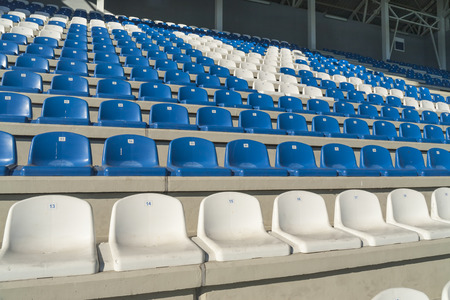 gradas estadio: Las filas de gradas vac�as colocadas en un patr�n semicircular. Asientos del estadio antes de un evento.