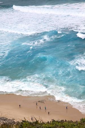 wind farm: Pescadores de surf por debajo de la granja de viento de Albany en Australia Occidental.