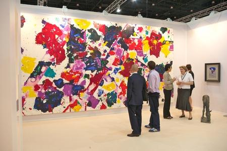 beursvloer: DUBAI - 18 januari: Bezoekers op Art Dubai, de toonaangevende en grootste kunstbeurs in het Midden-Oosten. Ondanks de politieke onrust, zijn galeries rapporteren sterke omzet en een groeiende interesse in het Midden-Oosten Kunst en dit jaar de beurs wordt gehouden van 21-24 maart.