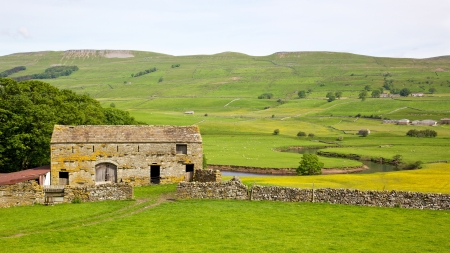 Yorkshire Dales: An old stone barn in the heart of England