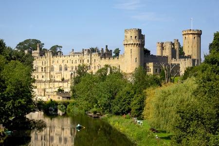 Costruito da William the Conqueror nel 1068, il castello di Warwick è un castello medievale a Warwick, la contea di Warwickshire, in Inghilterra, si trova in una curva sul fiume Avon Archivio Fotografico - 68950560