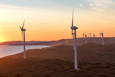 西オーストラリア州の同名の町の近くアルバニー風力発電所の夕日。