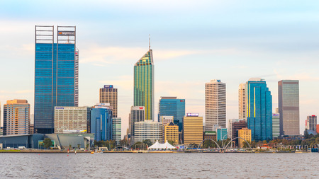llegar tarde: PERTH, WESTERN AUSTRALIA - APRIL 7, 2016: Late afternoon in the city of Perth, the capital of Western Australia. The Swan River can be seen in the foreground. Editorial