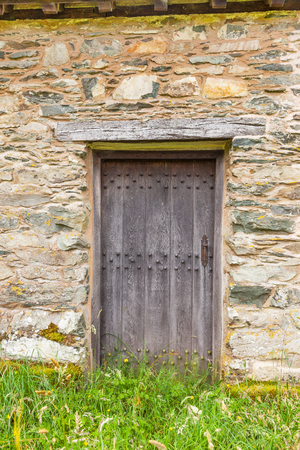 porte bois: A side door of St Martins Church, located in the valley of Martindale in Cumbria, in the English Lake District. The present building was probably erected at the end of the 16th century. Banque d'images