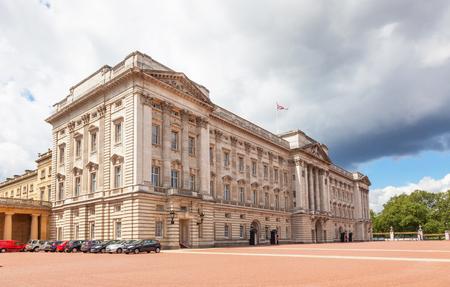 buckingham palace: A view of Buckingham Palace in London, England.