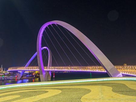 Elizabeth Quay Bridge, een iconisch architectonisch kenmerk van Elizabeth Quay in Perth, West-Australië, is een 20 meter hoge hangbrug open voor voetgangers en fietsers. Stockfoto