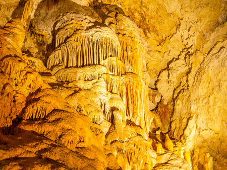JEWEL CAVE, WESTERN AUSTRALIA - JULY 7, 2017: Stalactites and crystal formations in Jewel Cave, near the towns of Augusta and Margaret River in Western Australia. 新聞圖片