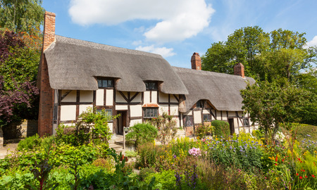 Anne Hathaway's (William Shakespeare's wife) famous thatched cottage and garden at Shottery, just outside Stratford upon Avon, England. Reklamní fotografie - 97089412