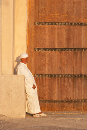 The caretaker at the entrance to the iconic Al Jahli Fort in Al Ain, in the United Arab Emirates. 新聞圖片
