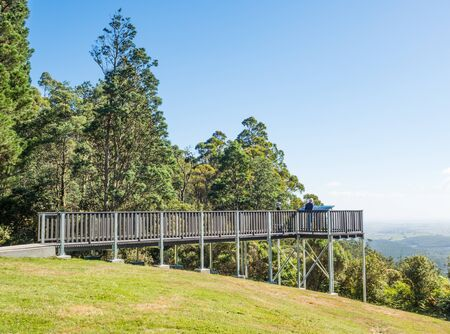 Between Scottsdale and Launceston the Tasman Highway winds over the Sideling Range.  From the north-east edge of the ridge a lookout offer impressive views over Scottsdale and Mount Stronach. Reklamní fotografie