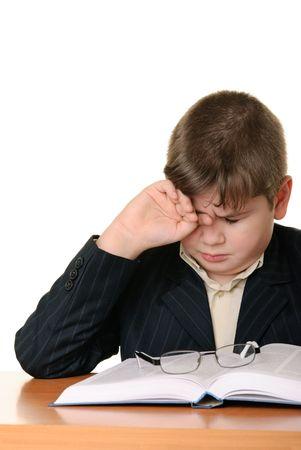 weariness: Ni�o llevaba gafas masas un ojo para cansancio es aislado en blanco