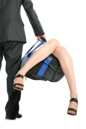男は、白で隔離された女性の足を突き出しでバッグを保持します。