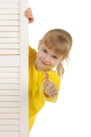 黄色のジャケットの幸せな女の子