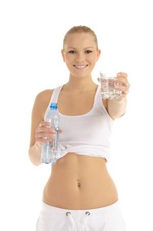 幸せな女水のガラスを提供しています