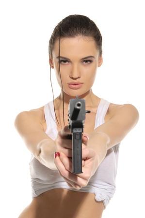 銃を持つ若いセクシーな女性