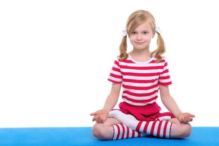 目を持つ少女にヨガの練習を開く