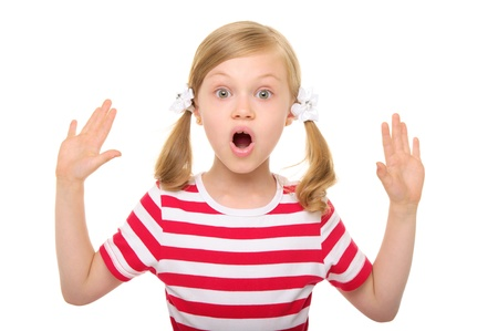 手を挙げろと驚く女の子