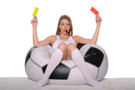 赤と黄色のカードを持つサッカー サポーター