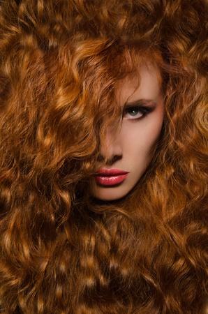 赤髪の女性の垂直方向の肖像画 写真素材