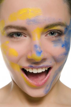 mujer sonriente con la pintura en su cara