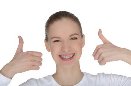幸せな女の子白で隔離されるかっこに笑みを浮かべてください。