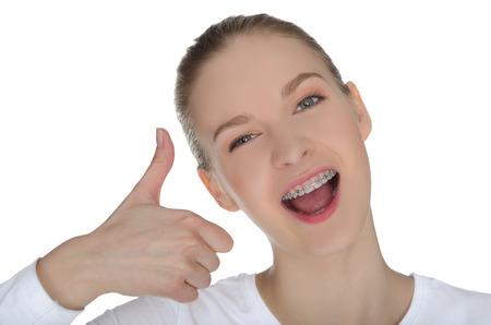 Fille de sourire avec accolades isolés sur fond blanc Banque d'images
