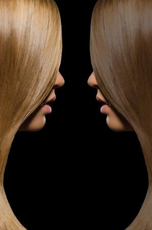 Профиль блондинки и брюнетки с прямыми волосами на черном фоне