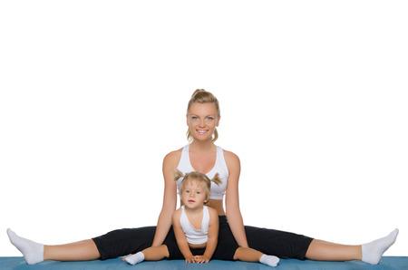 gymnastics: Mam� e hija hacen gimnasia en la alfombra azul