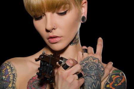 入れ墨タトゥー マシン、暗い背景を持つ女