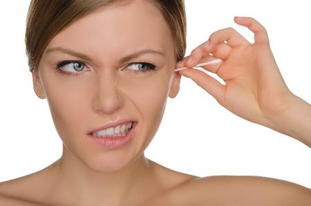 흰색으로 격리 면화 스틱으로 귀를 치료하는 여자 부상