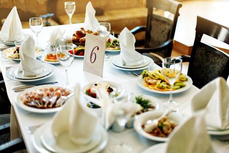 Tafel met voedsel en drank Stockfoto