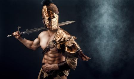 칼 잘 생긴 근육 검투사의 초상화입니다. 외딴. 스튜디오 촬영. 검은 색 배경