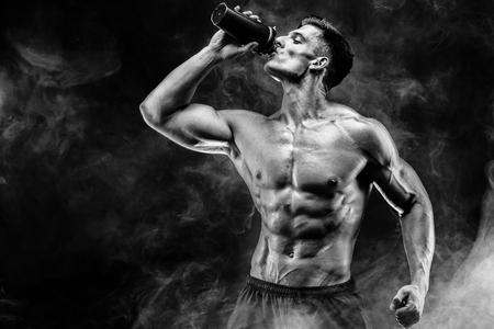 タンパク質と筋肉男は濃い煙をシェーカーで飲む 写真素材 - 68654358