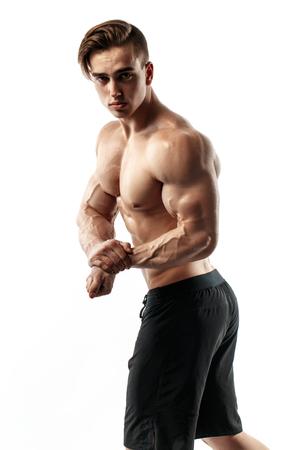 Muscolare super-alto livello bello uomo in posa su sfondo bianco