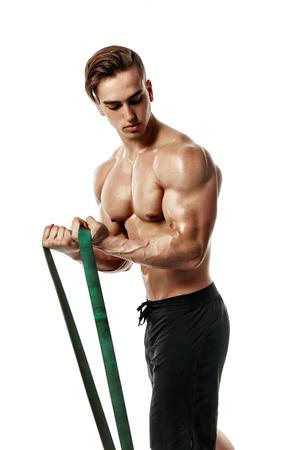 Jonge bodybuilder werken met rubberen band over witte achtergrond