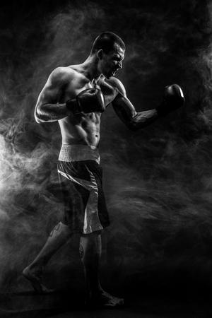 筋肉 kickbox またはムエタイ タイ戦闘機煙でパンチします。 写真素材