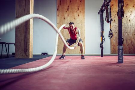 戦いの男性ロープ機能トレーニング フィットネス ジム 写真素材 - 84430823