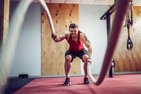 戦いの男性ロープ機能トレーニング フィットネス ジム 写真素材