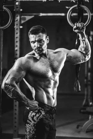 십자가 맞추기 체육관에서 강도 높은 근육 남자. 운동 라이프 스타일 개념입니다. 젊은 운동 선수 연습 크로스 핏 훈련 스톡 콘텐츠