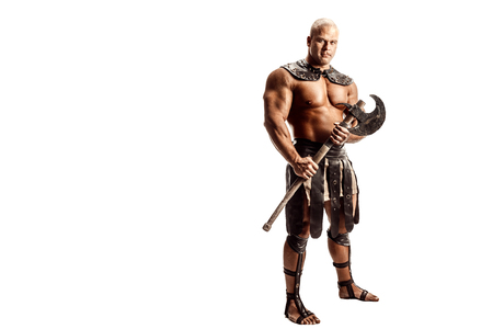 도끼로 포즈를 취하는 근육 고대 전사 남자의 스튜디오 샷. 흰색으로 격리. 공간 복사