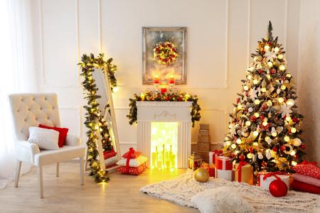 Diseño interior de la sala de Navidad, árbol de Navidad decorado por luces Regalos decorativos de los regalos, velas y guirnaldas en el interior Foto de archivo - 89749195