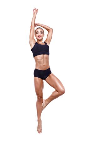 Eignungsfrauenspringen aufgeregt lokalisiert auf weißem Hintergrund. Volles Körperbild des schönen kaukasischen weiblichen Modells im Sprung, der Muskeln biegt und zeigt. Standard-Bild